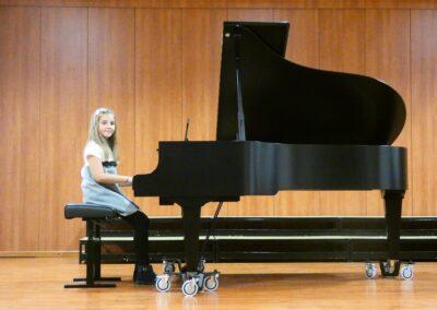 Tia Lilić, klavir, 2. o. (nastavnica Marta Galić)