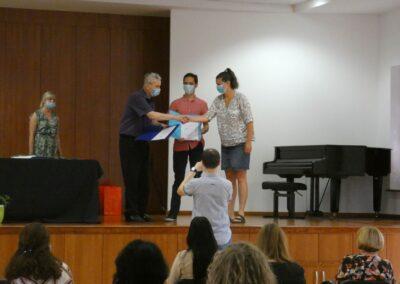 Ivan Medved uručuje nagradu Mislavu i mentorici Ireni Šimičić